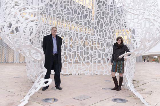 Hugh Forrest y Molly Barton, dentro de la escultura 'El alma del Ebro', de Jaume Plensa, en Zaragoza. / DAVID ASENSIO